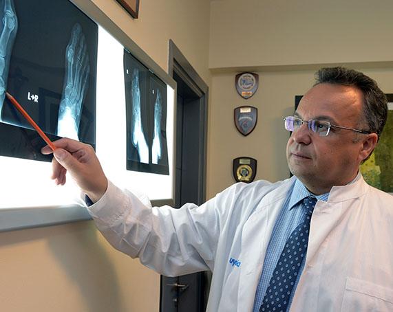 Ο ορθοπαιδικός ΔΡ. Μπαδέκας κοιτάζει ακτινογραφίες